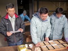 25年産大豆を検査する農産物検査員