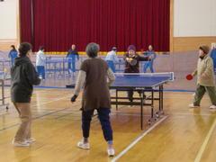 会員同士の交流を深めながらラージボールを楽しむ参加者