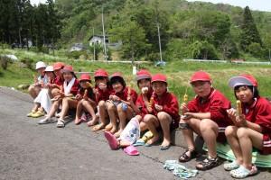 田植えの合間のたばこどき(おやつ休憩)を楽しむ木細工小児童ら