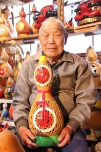 ◎ヒョウタン細工を始めて30年の熊谷東一さん/「出来上がるととても嬉しい」と笑顔