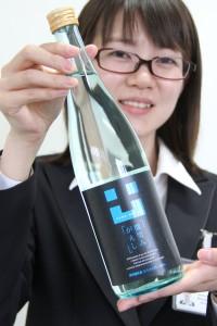 「微笑みがえし」原酒は、爽やかな水色のボトルが目印です。